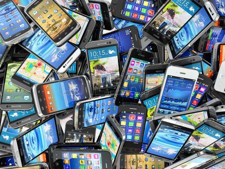 33372204-mobiltelefone-hintergrund-haufen-von-verschiedenen-modernen-smartphones-3d